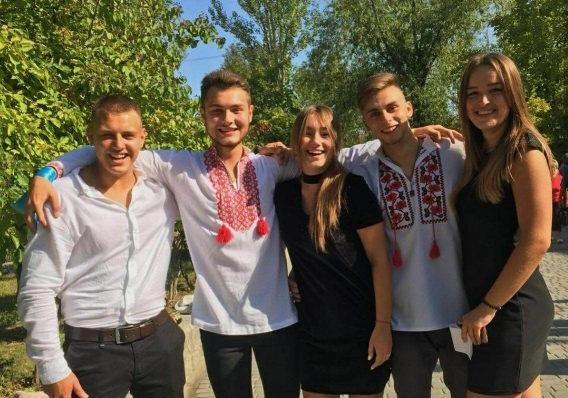 В Днепре выпускники устроили однокласснику прощание со школой по вайберу