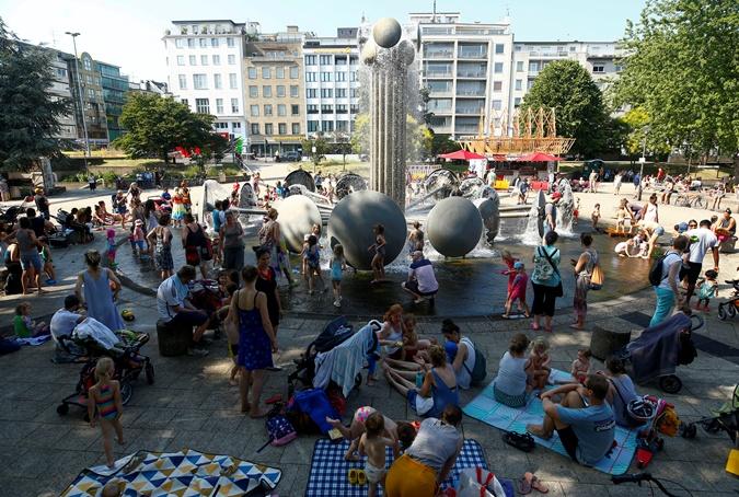 Жара в Европе: во Франции гибнут люди, а в Бельгии плавятся дороги [фото]