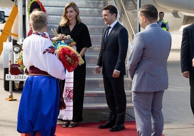 Елену Зеленскую в Канаде у трапа встречал казак в шароварах [фото]