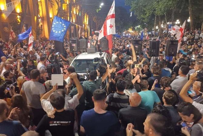 Полиция Грузии оцепила здание парламента из-за протестов