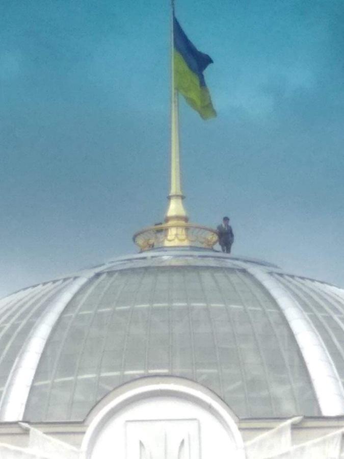 СМИ: залезшая на купол Рады пара – сотрудники Аппарата парламента [фото]