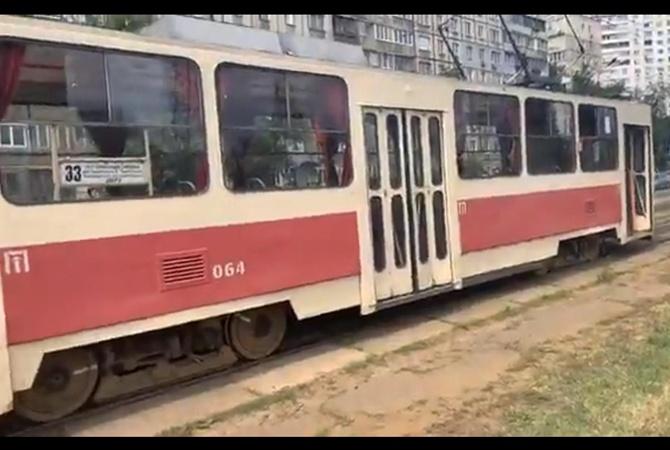 В Киеве у трамвая отказали тормоза, пассажиры выпрыгивали на ходу [видео]