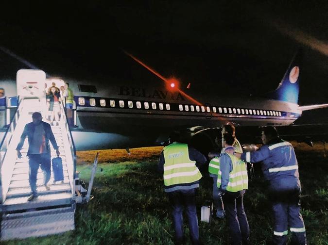 """В """"Жулянах"""" у самолета Belavia сломалось шасси и он выкатился за полосу [фото]"""