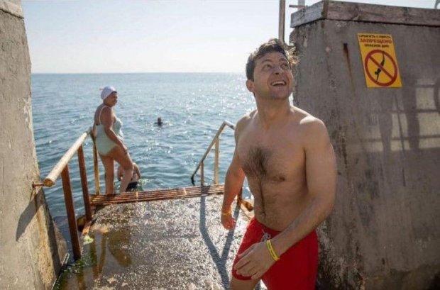 Президент Зеленский в красных плавках искупался в море: фото, видео