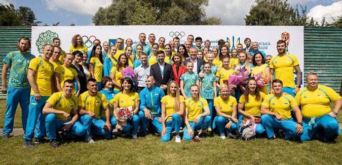 Зеленскому на встрече со спортсменами подарили медаль чемпиона мира [фото]