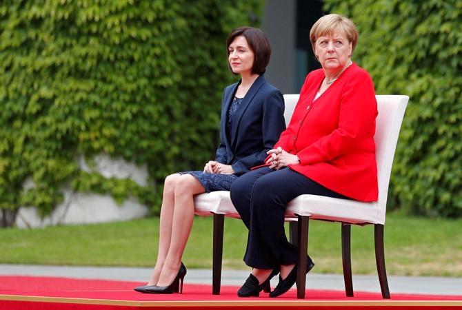 Меркель второй раз слушает гимн сидя после приступов дрожи [фото, видео]