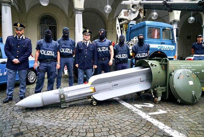 """Вице-премьер Италии показал оружие, из которого его хотели убить """"проукраинские неонацисты"""" [фото]"""