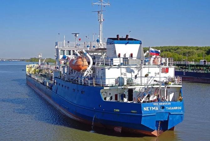 Официально: экипаж задержанного российского танкера на свободе и отправляется домой [фото, видео, обновлено]