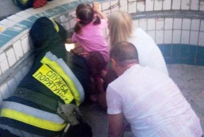 В Днепре ради спасения девочки пробили бетонный фонтан [фото, видео]