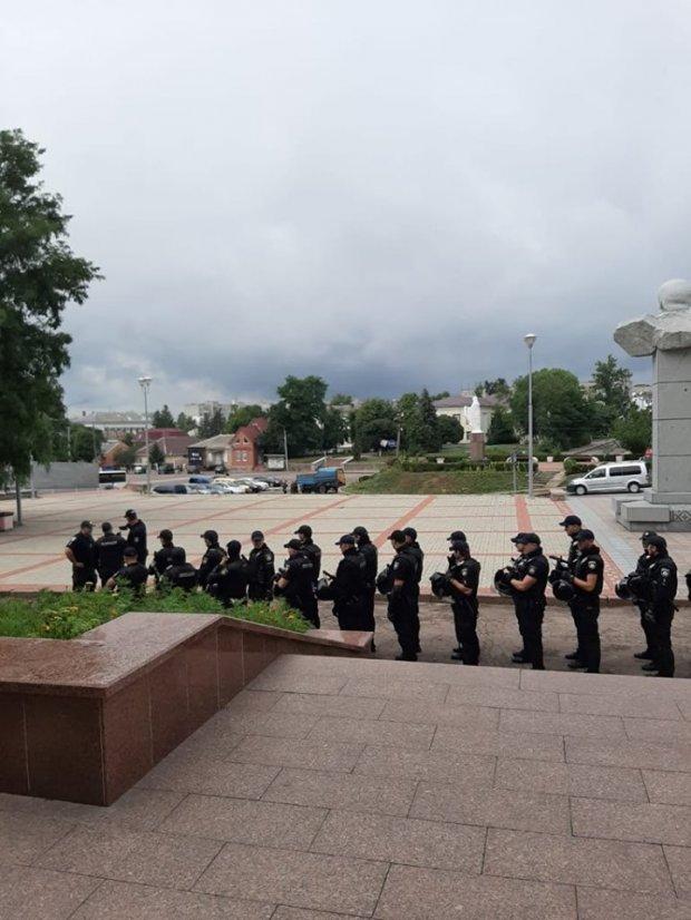 Вертолет со спецназовцами прилетел на округ, где проигрывает Пашинский: фото и видео