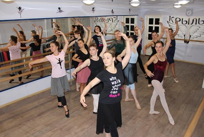 """В Днепре дамы, которым """"за"""", покоряют балетный станок"""
