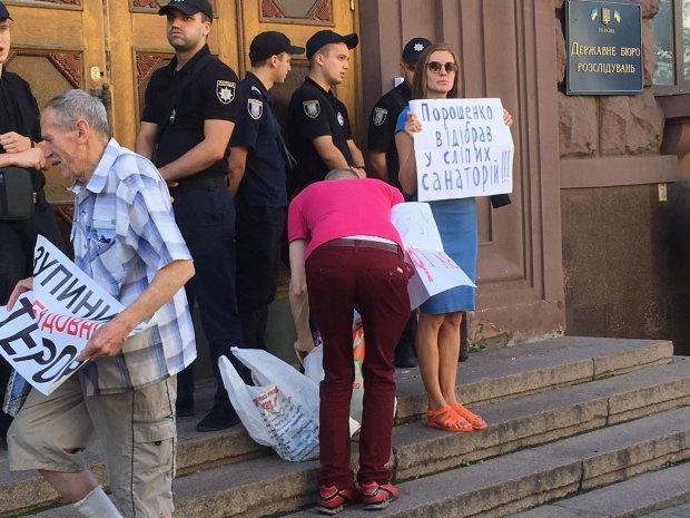 Порошенко пришел на допрос в ГБР: фото