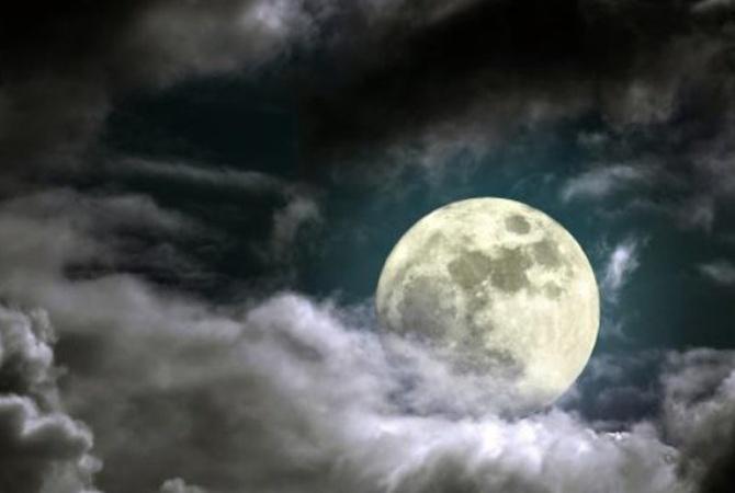 Астрологи: в полнолуние 15 августа Венера с Солнцем усилят страсть