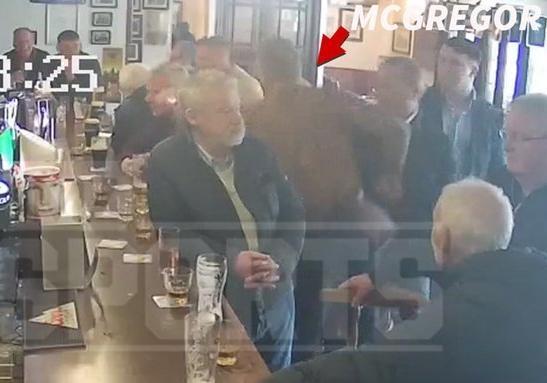 Конор Макгрегор набросился на посетителя бара за отказ выпить вместе [видео]