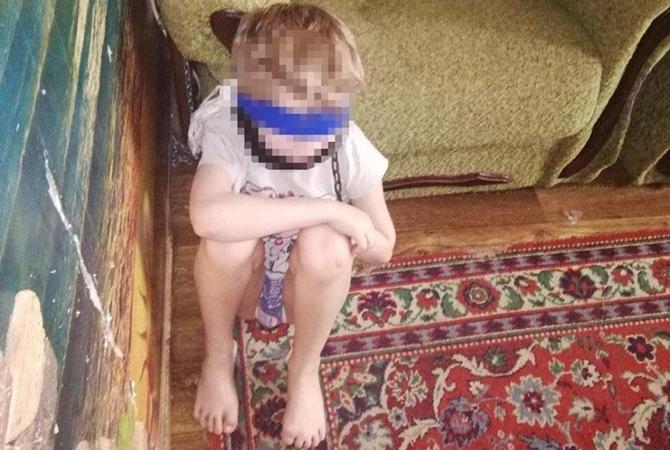 Опекунша из Днепра, посадившая 8-летнего ребенка на цепь, работает завучем в школе