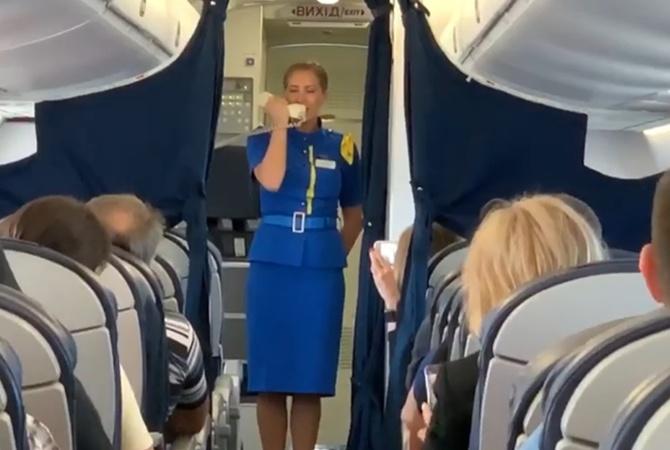 Пользователей соцсетей покорила стюардесса, спевшая Гимн Украины во время полета [видео]