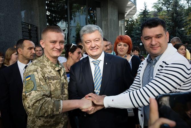 Порошенко показал, где был во время речи Зеленского по случаю Дня Независимости [фото]