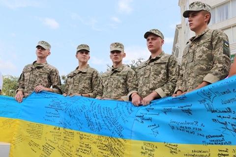 В Херсоне развернули самый длинный флаг Украины [фото]