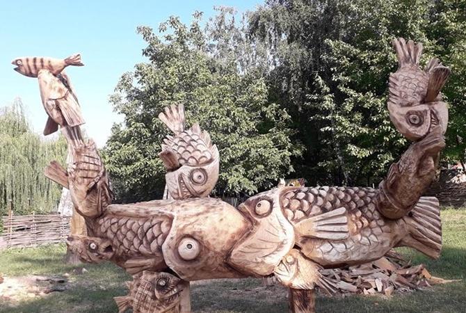 Луцкая резня бензопилой: драконы, циклопы и рыбы из дерева [фото]