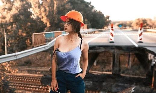 """Модель, обещавшая раздеться на мосту в Днепре, """"проинспектировала"""" рухнувший мост в Харькове"""
