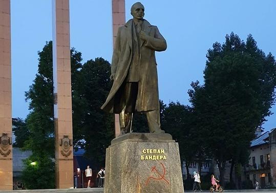 На Львовщине статуи Бандеры и Девы Марии обрисовали коммунистической символикой