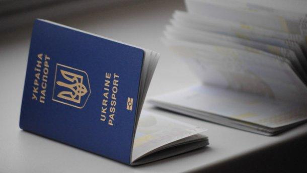 Банки смогут обслуживать украинцев по загранпаспортам — СМИ