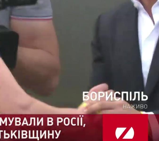 Встречая моряков, Зеленский отдавал им именные браслеты со своей руки [фото]