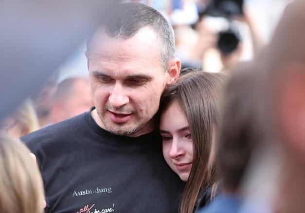 Семья Сенцова выехала из Крыма в Киев [фото]
