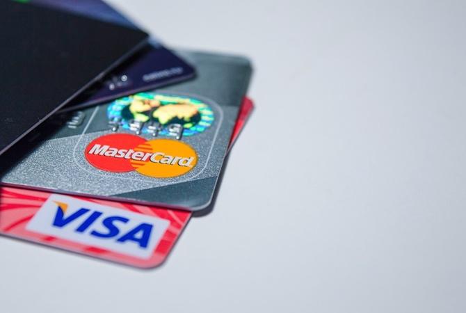 Почему крымчане не могут оформить банковские карты