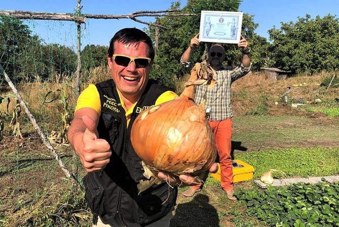 На Киевщине огородник-любитель вырастил 2-килограммовую луковицу