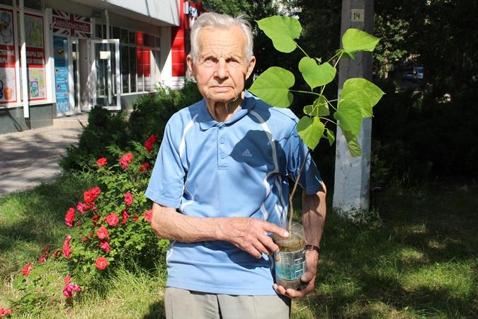 Николаевский пенсионер высадил 230 деревьев в подарок городу на день рождения [фото]