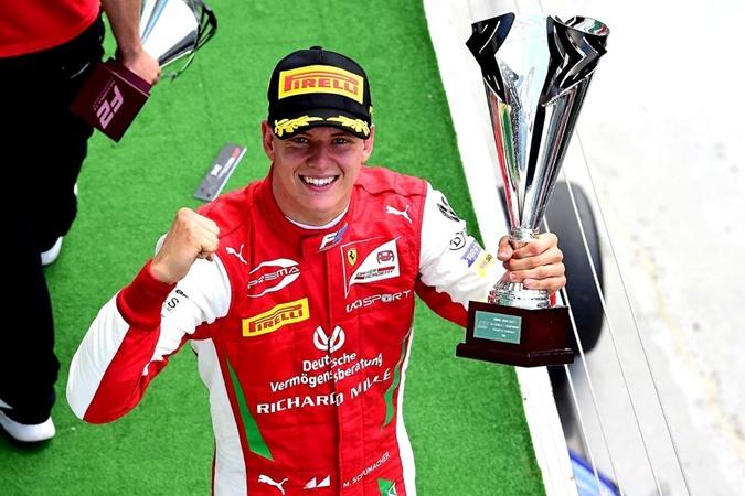 Журналисты выяснили подробности о здоровье Шумахера: гонщик находится в сознании и готовится к лечению
