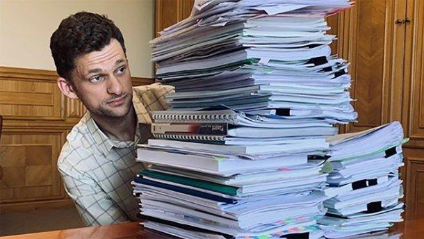 Выпал в осадок: Министр показал, сколько бумаги в Кабмине (фото)