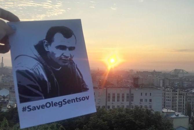 Сенцов устроил публичное сожжение своей тюремной робы