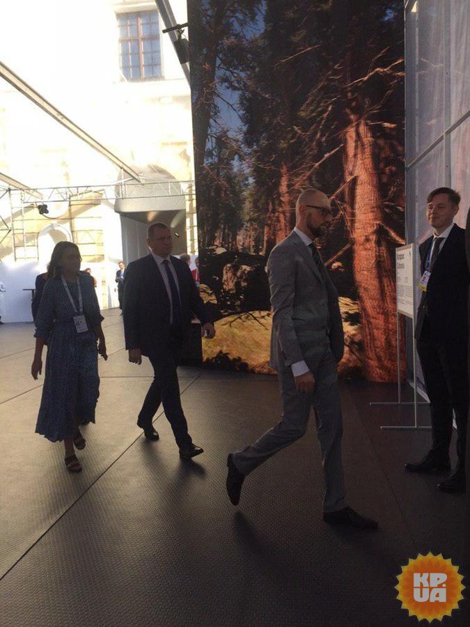 Первый день YES-2019: Ющенко не пускали с кофе, а Порошенко посадили за Яценюком  [фото]