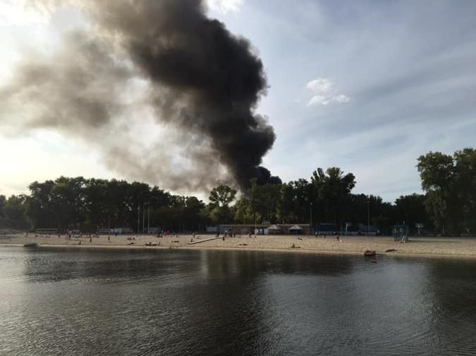 Киев в дыму: в Гидропарке  пылает комплекс Bora Bora Beach Club [фото]