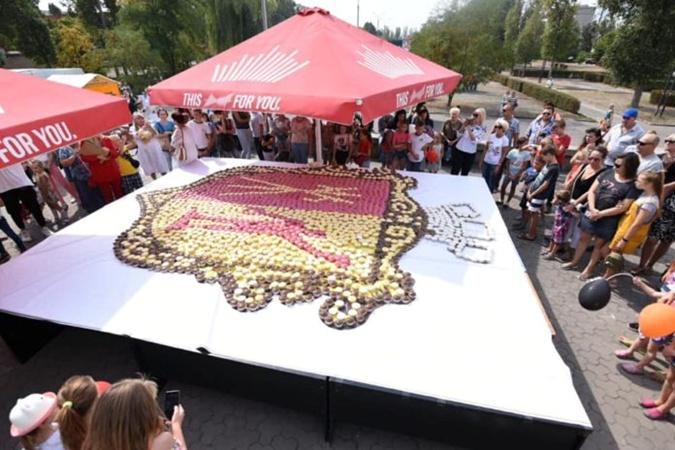 В Каменском сделали самый большой в Украине съедобный герб