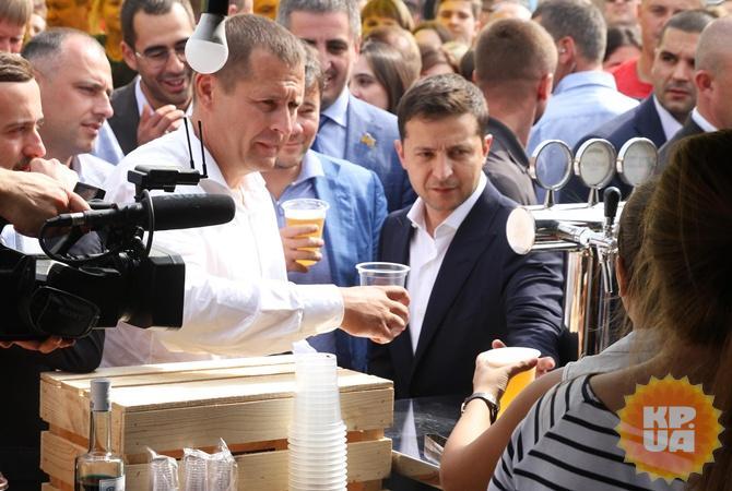 Зеленский и Филатов в Днепре сходили на пиво и пожали руки. Но пари не закончено [фото, видео]