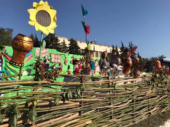 На Днепропетровщине сплели рекордную ограду из лозы