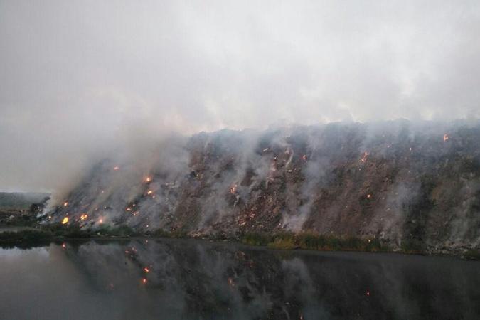 Под Черниговом второй день тушат пожар на свалке [фото]