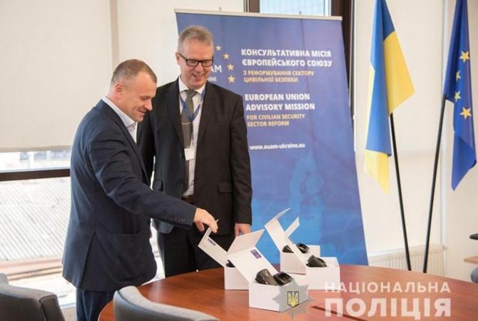 В Одессе миссия ЕС подарила местным полицейским новые нагрудные камеры [фото]