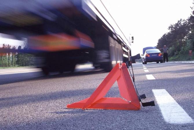 Под Киевом водитель погиб, врезавшись в автобус, оставленный на дороге после другого ДТП