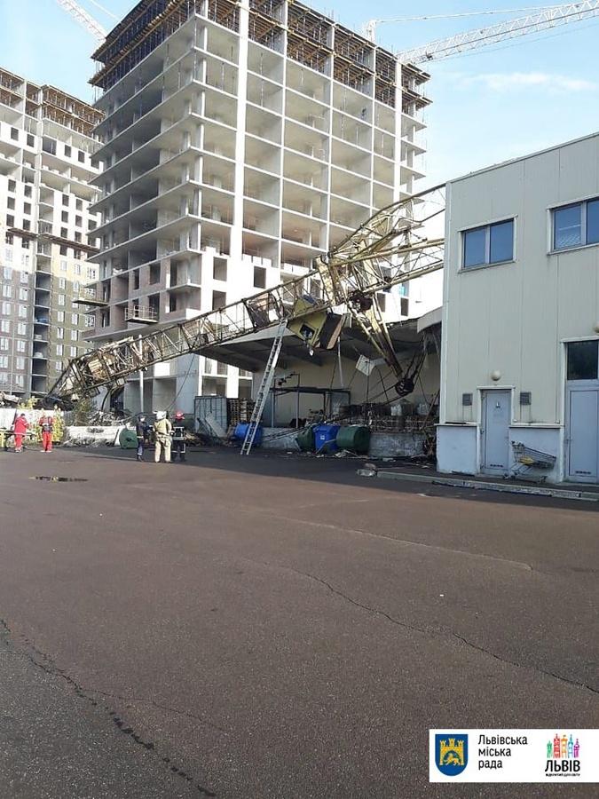 Во Львове строительный кран упал на торговый центр [фото]