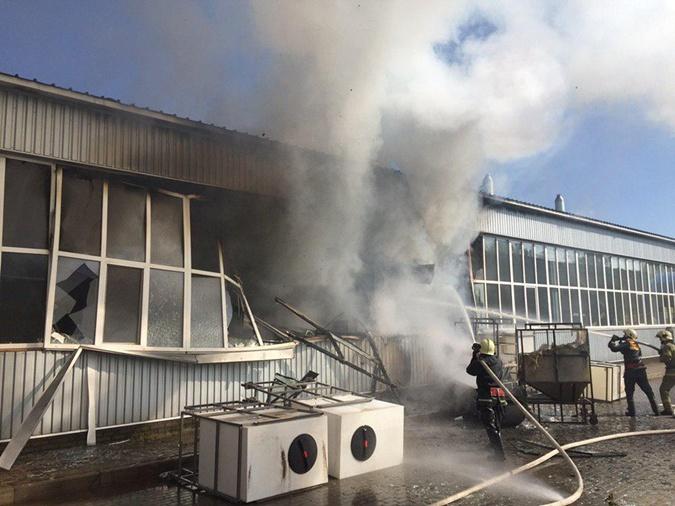 Взрыв на заводе в Сумах: пожар ликвидировали, ищут причину [фото, видео]