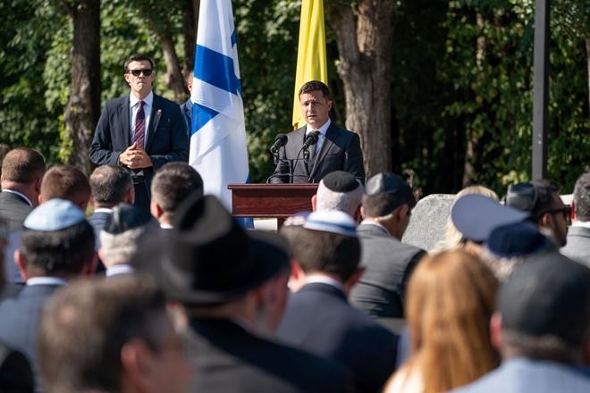 Скандал: Зеленский не пришел в Бабий Яр, но за него заступился главный раввин Украины [фото, видео]