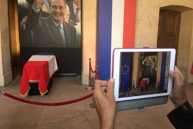 Париж прощается с Жаком Шираком: люди стоят под дождем и фотографируют гроб  [фото]
