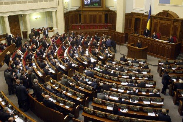 Что изменят депутатские правки в Конституцию для самих нардепов