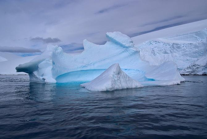 От Антарктиды откололся айсберг с рекордным весом [фото]