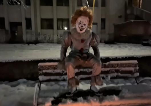Клоун Пеннивайз обещает и дальше пугать жителей Закарпатья