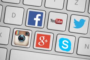 разослала операторам и провайдерам требование заблокировать ряд страниц в YouTube, Facebook и Twitter.